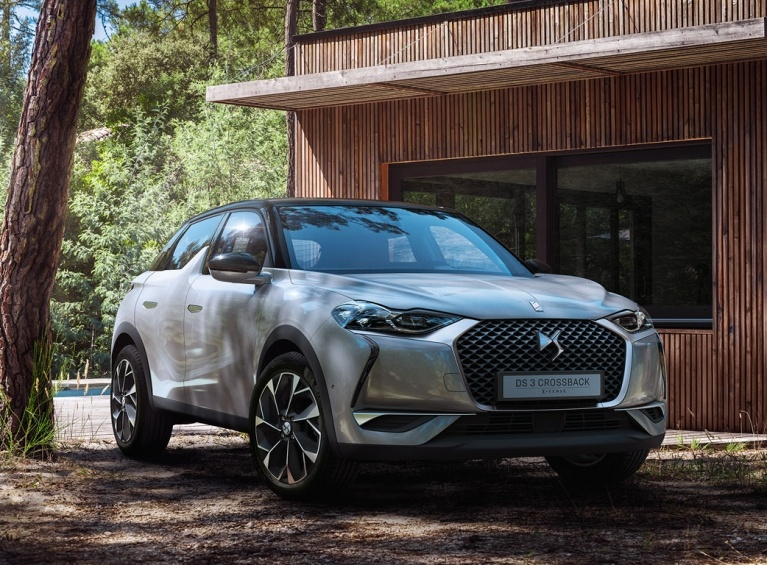 DS3 crossback e-tense in the front of a house