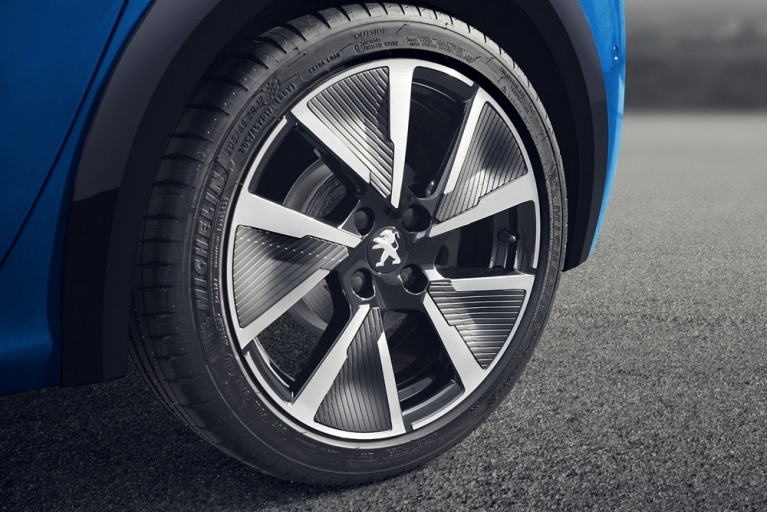 Peugeot e-208 GT in blue wheel